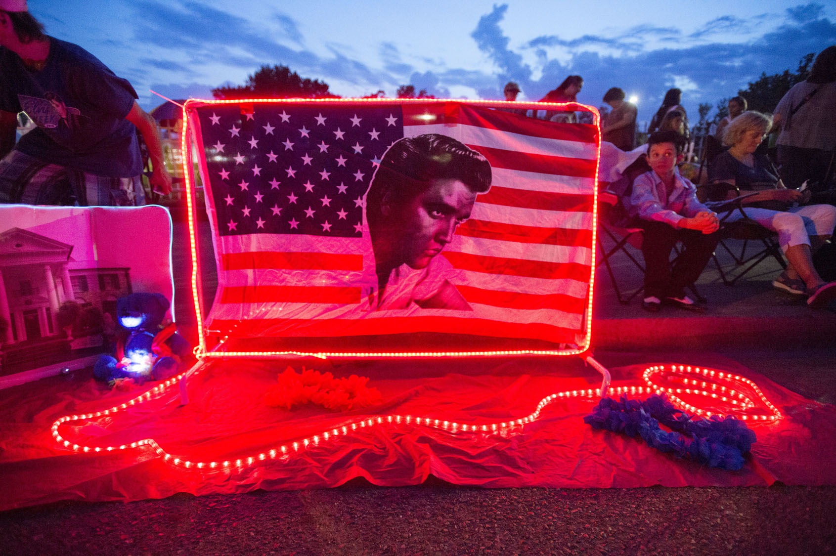 Fans gather at Graceland for 40th anniversary of Elvis' death
