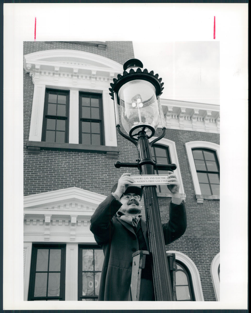 Historic Gas Lamps Of Baltimore Wiring A Lamp March 11 1992 Barrie Cowden Is Dressed In Period Costume Lamplighter The Late 1800 S As He Places Plaque On One Original Welsbach Three